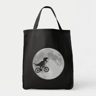 Dinosaurio en una bici en cielo con la luna bolsa tela para la compra
