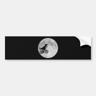 Dinosaurio en una bici en cielo con la luna etiqueta de parachoque