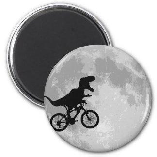 Dinosaurio en una bici en cielo con la luna imán redondo 5 cm