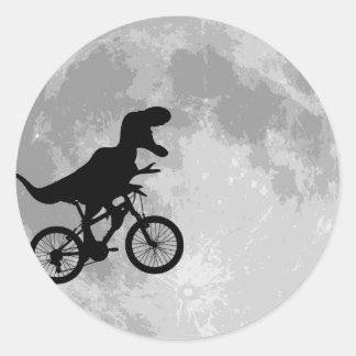 Dinosaurio en una bici en cielo con la luna pegatinas redondas