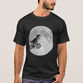 Dinosaurio en una bici en cielo con la luna playera