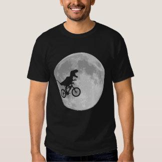 Dinosaurio en una bici en cielo con la luna playeras