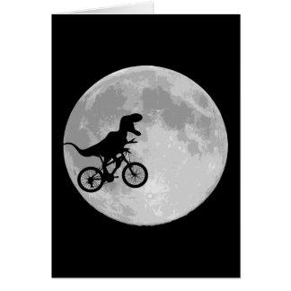 Dinosaurio en una bici en cielo con la luna tarjeta de felicitación