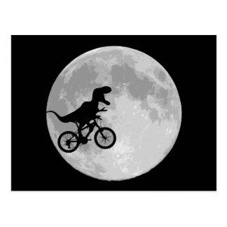 Dinosaurio en una bici en cielo con la luna tarjetas postales