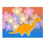 Dinosaurio lindo en postal del campo de flor