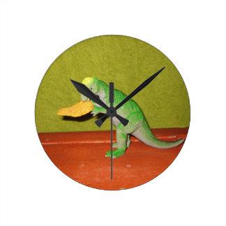 Dinosaurio que masca en el reloj del microprocesad
