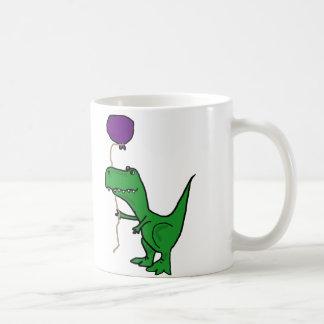 Dinosaurio verde divertido de Trex que sostiene el Taza