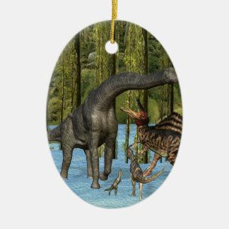 Dinosaurios jurásicos en un pantano cubierto de ornamento para arbol de navidad