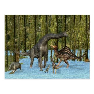 Dinosaurios jurásicos en un pantano cubierto de postal