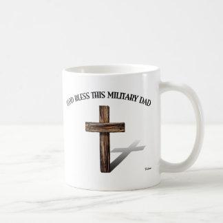 DIOS BENDICE A ESTE PAPÁ MILITAR con la cruz Taza De Café