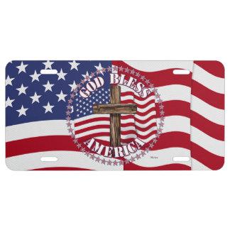 Dios bendice al americano con la bandera y la cruz placa de matrícula