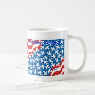 Dios bendice América por Metin Taza Básica Blanca