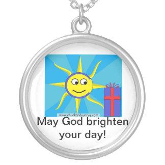 Dios bendice su collar del día