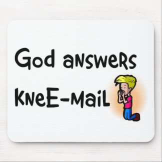 Dios contesta al regalo del cristiano del rodilla- mousepad