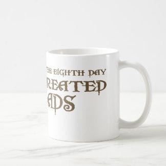 Dios creó a papás taza básica blanca