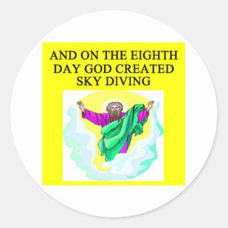 dios creó paracaidismo pegatina redonda