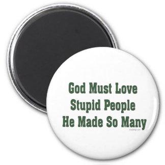 Dios debe amar a gente estúpida imán redondo 5 cm