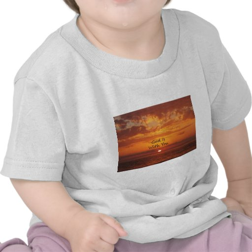 Dios es con usted puesta del sol anaranjada camiseta