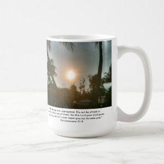 Dios es con usted taza de la oficina