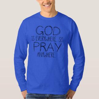 Dios es por todas partes ruega dondequiera la playera