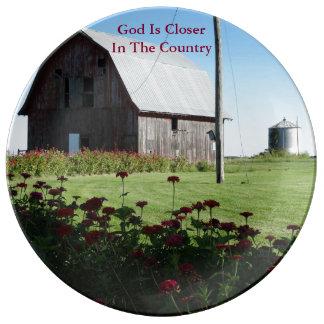 Dios está más cercano en el país/el granero y los platos de cerámica