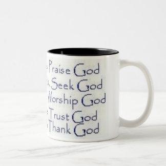 Dios feliz de la alabanza de los momentos taza de café de dos colores