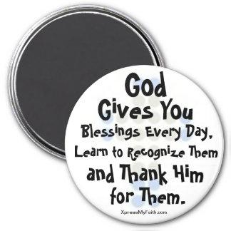 """""""Dios le da bendiciones cada día """" Imán Redondo 7 Cm"""