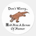 Dios tiene un sentido del humor Platypus Pegatinas