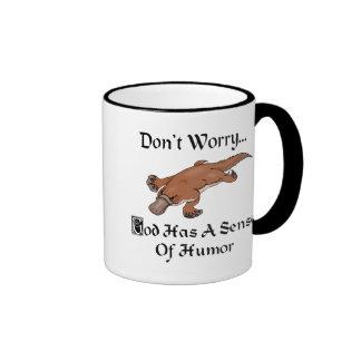 Dios tiene un sentido del humor Platypus Taza De Dos Colores