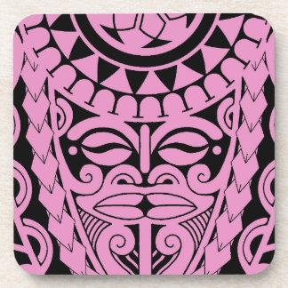 Dios tribal de la cara del tiki con el tatuaje posavasos de bebidas