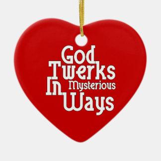 Dios Twerks de maneras misteriosas Adorno Navideño De Cerámica En Forma De Corazón
