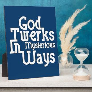 Dios Twerks de maneras misteriosas Placa De Plastico
