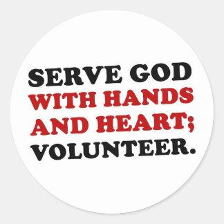 Dios voluntario del servicio con las manos y el pegatina redonda
