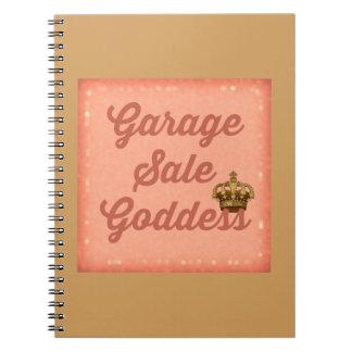 Diosa de la venta de garaje con el cuaderno de la