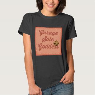 Diosa de la venta de garaje con la camiseta de la camisas