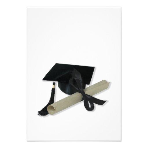 Diploma y casquillo de la graduación (tablero del  comunicado