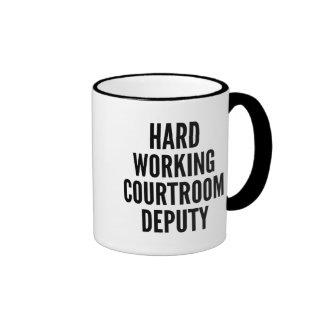 Diputado de trabajo duro de la sala de tribunal tazas de café