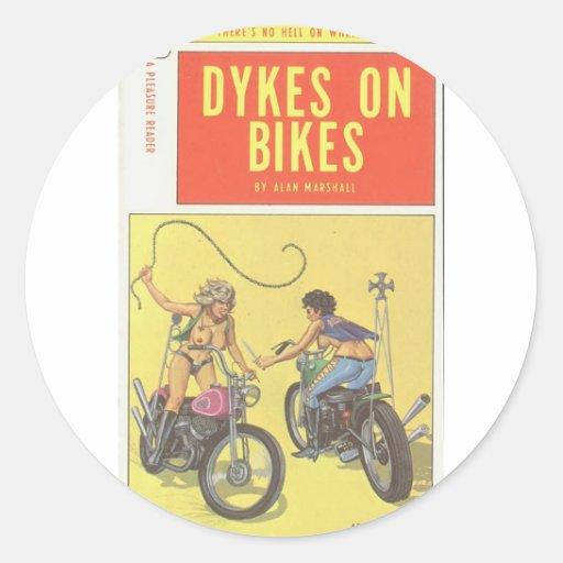 Diques en las bicis - novela lesbiana de la pulpa pegatina redonda