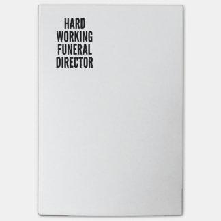 Director de funeraria de trabajo duro nota post-it