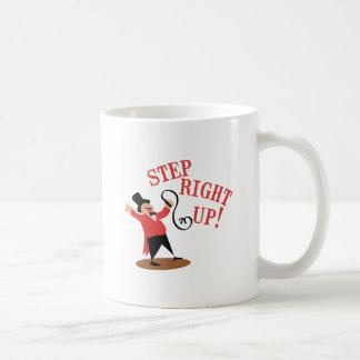 Director de pista de circo del paso taza de café