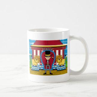 Director de pista de circo y leones del circo de taza de café