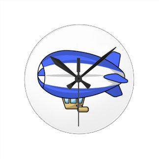 Dirigible no rígido azul y blanco del dibujo anima relojes