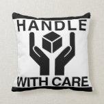 Dirija con el logotipo negro básico del cuidado almohada