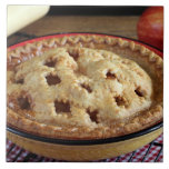 Diríjase la empanada de manzana cocida en el estan azulejo cuadrado grande