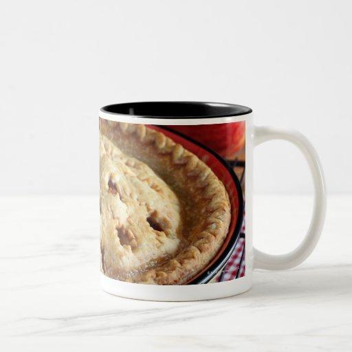 Diríjase la empanada de manzana cocida en el estan taza dos tonos