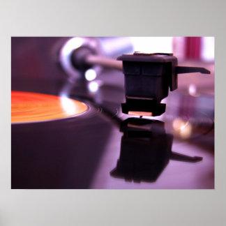 Disco de vinilo anaranjado con el fondo púrpura fr poster