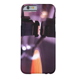 Disco de vinilo anaranjado con el fondo púrpura funda de iPhone 6 barely there
