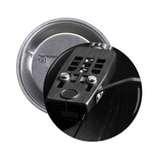 Disco de vinilo que juega en una placa giratoria pin redondo de 2 pulgadas
