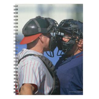 Discusión del colector y del árbitro del béisbol libro de apuntes