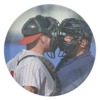 Discusión del colector y del árbitro del béisbol plato de comida